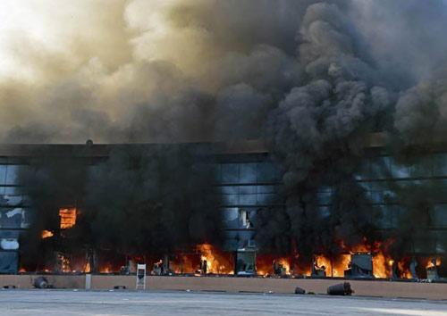 Mexico: Dân nổi loạn đốt rụi trụ sở chính quyền - 2