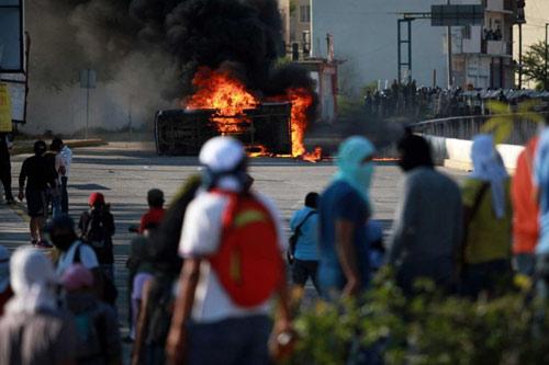 Mexico: Dân nổi loạn đốt rụi trụ sở chính quyền - 3