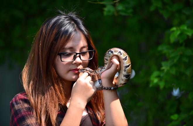 Nữ sinh Báo chí với sở thích ''đá lưỡi'' hôn trăn - 2