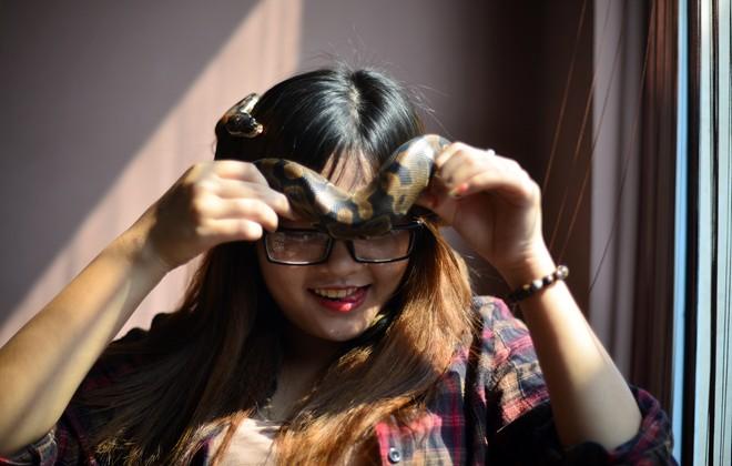 Nữ sinh Báo chí với sở thích ''đá lưỡi'' hôn trăn - 5