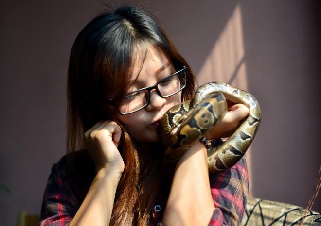 Nữ sinh Báo chí với sở thích ''đá lưỡi'' hôn trăn - 6