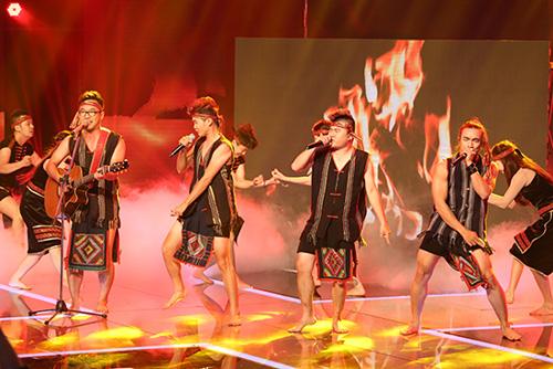 Dùng khăn Piêu làm khố, thí sinh X-Factor bị chỉ trích - 1