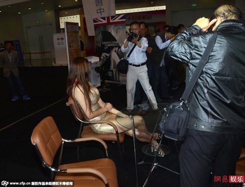 Chân dài nổi giận vì phóng viên chỉ chụp chỗ nhạy cảm - 2