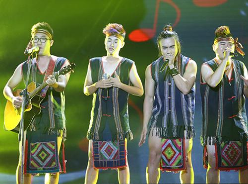 """BTC X-Factor xin lỗi vì """"sự cố"""" dùng khăn Piêu làm khố - 1"""