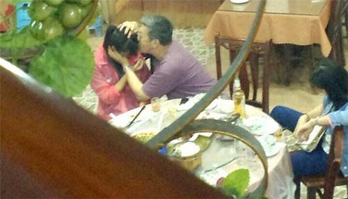 TQ: Nữ sinh bị giáo sư sàm sỡ ngay tại quán ăn - 1