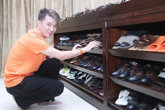 Mới đây nhất, ca sỹ 43 tuổi lại kể chuyện Tấm Cám và chia sẻ những đôi giày hàng hiệu trên trang cá nhân và tiếp tục bị không ít người cho là một cách khoe khéo hàng hiệu.