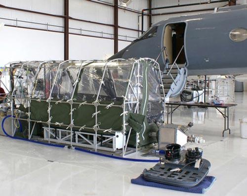 Bên trong máy bay chở bệnh nhân Ebola