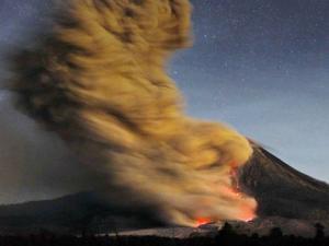 Ảnh ấn tượng: Núi lửa phun nham thạch dữ dội