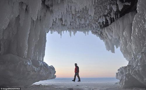 Động băng tuyệt đẹp bên hồ nước ngọt lớn nhất TG - 2