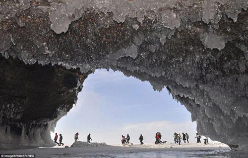 Động băng tuyệt đẹp bên hồ nước ngọt lớn nhất TG - 5
