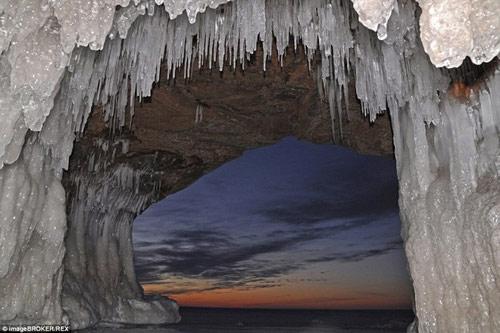 Động băng tuyệt đẹp bên hồ nước ngọt lớn nhất TG - 6