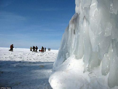 Động băng tuyệt đẹp bên hồ nước ngọt lớn nhất TG - 8