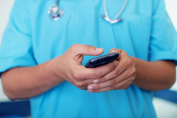 Bác sĩ nhắn tin quấy rối tình dục trong lúc phẫu thuật - 1