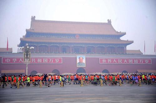 Trung Quốc ô nhiễm không khí nặng, VĐV marathon phải đeo mặt nạ - 2