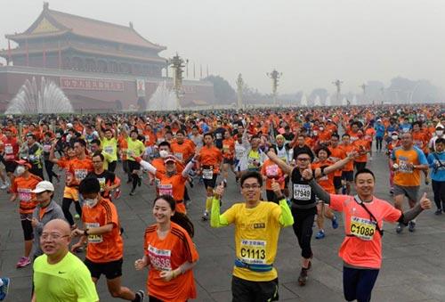 Trung Quốc ô nhiễm không khí nặng, VĐV marathon phải đeo mặt nạ - 3