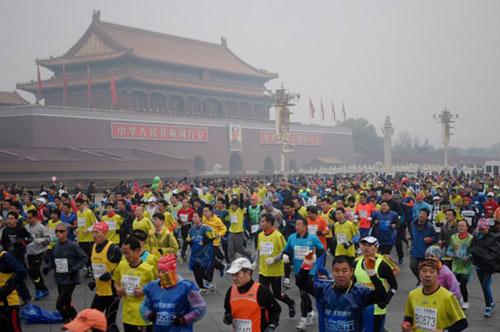 Trung Quốc ô nhiễm không khí nặng, VĐV marathon phải đeo mặt nạ - 4