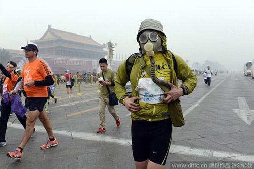 Trung Quốc ô nhiễm không khí nặng, VĐV marathon phải đeo mặt nạ - 5