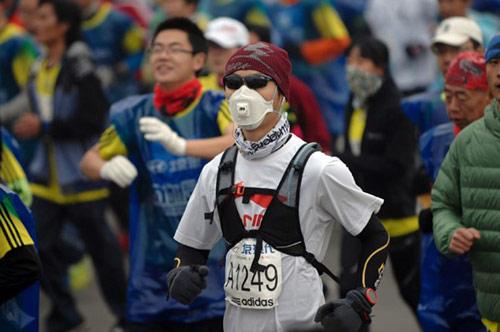 Trung Quốc ô nhiễm không khí nặng, VĐV marathon phải đeo mặt nạ - 7