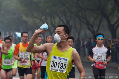 Trung Quốc ô nhiễm không khí nặng, VĐV marathon phải đeo mặt nạ - 9