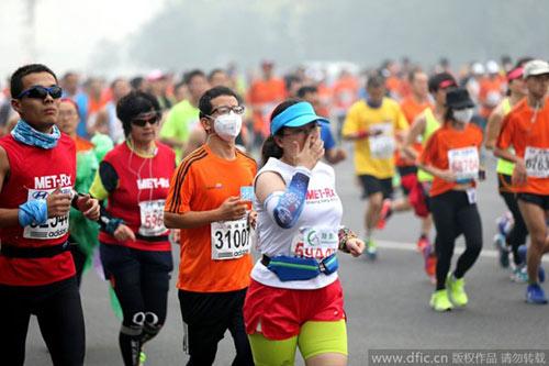 Trung Quốc ô nhiễm không khí nặng, VĐV marathon phải đeo mặt nạ - 10