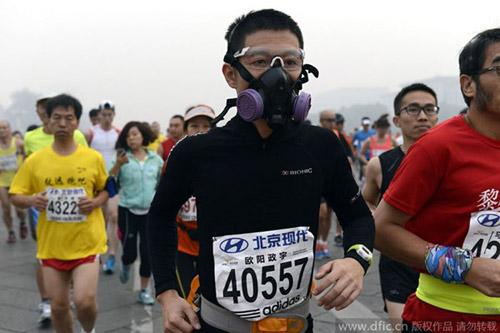 Trung Quốc ô nhiễm không khí nặng, VĐV marathon phải đeo mặt nạ - 1