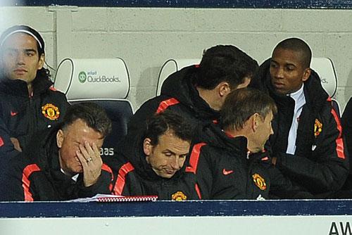 MU nhọc nhằn, Van Gaal thấy xấu hổ - 1