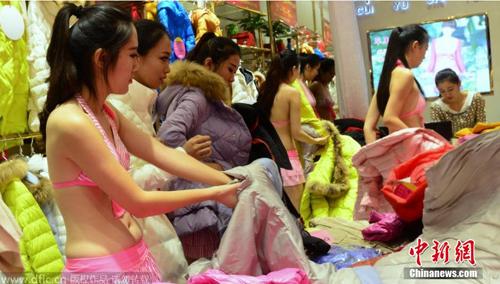 Người mẫu mặc phản cảm tại triển lãm ở Bắc Kinh - 6