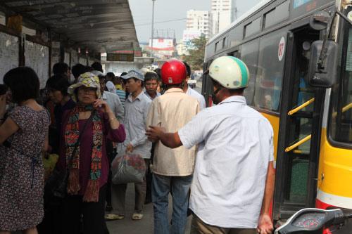 Ảnh: Trạm xe buýt lớn nhất Thủ đô trước ngày bị dỡ bỏ - 15