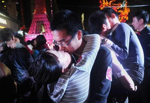 40 cặp đôi thi hôn để giành… iPhone 6 - 5