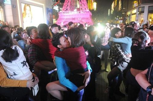 40 cặp đôi thi hôn để giành… iPhone 6 - 6
