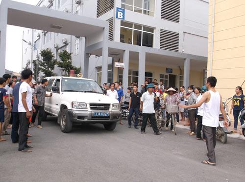 Hà Nội: Bé 11 tuổi tử vong, người nhà vây kín bệnh viện - 1