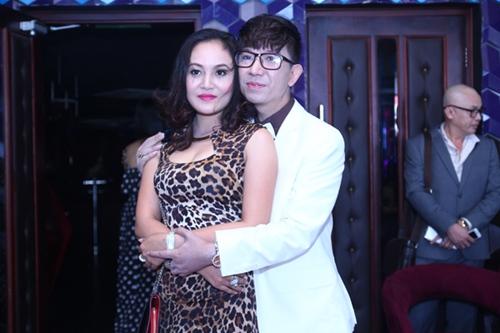 Long Nhật ôm hôn vợ trước mặt bạn trai - 1