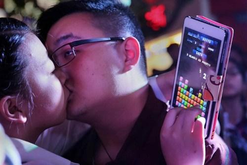 40 cặp đôi thi hôn để giành… iPhone 6 - 7
