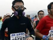 Trung Quốc ô nhiễm không khí nặng, VĐV marathon phải đeo mặt nạ