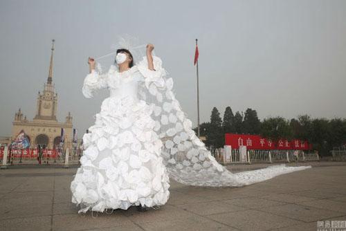 Kinh ngạc với váy cưới được làm từ 999 chiếc khẩu trang - 1