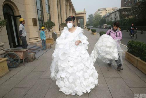 Kinh ngạc với váy cưới được làm từ 999 chiếc khẩu trang - 2