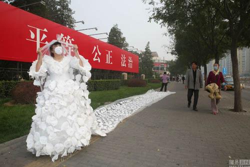 Kinh ngạc với váy cưới được làm từ 999 chiếc khẩu trang - 3