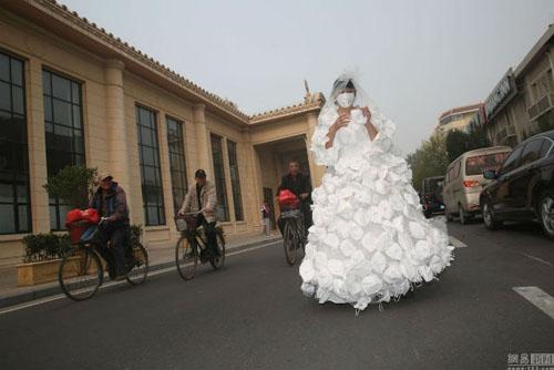 Kinh ngạc với váy cưới được làm từ 999 chiếc khẩu trang - 4