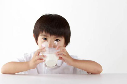 Tác hại trầm trọng của việc trẻ không uống sữa bò - 1