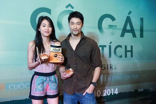 Trương Nhi ôm chặt bạn trai Phương Mai tại lễ ra mắt phim - 5