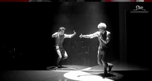 """Super Junior khiến fan """"chóng mặt"""" với MV tình yêu - 1"""