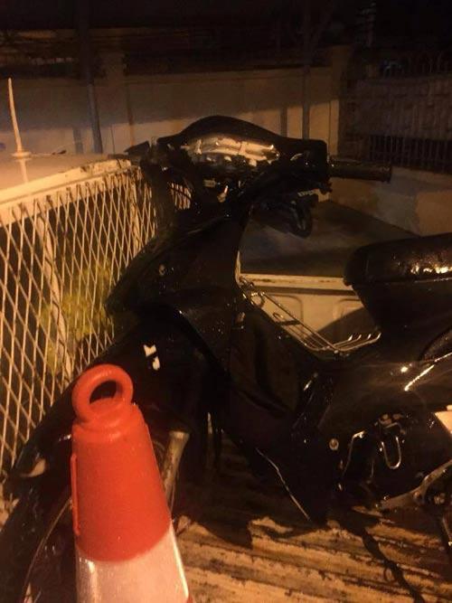 Video: Xế hộp bỏ chạy, kéo lê xe máy dưới gầm suốt 2 km - 2