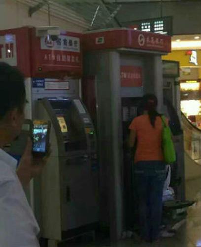 TQ: Bị máy nuốt thẻ, người phụ nữ đập nát cả cây ATM - 1