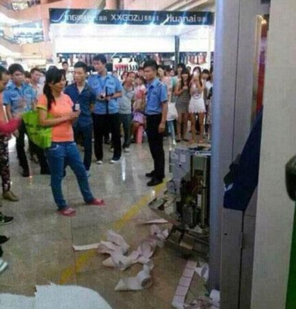 TQ: Bị máy nuốt thẻ, người phụ nữ đập nát cả cây ATM - 2