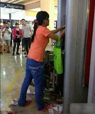 TQ: Bị máy nuốt thẻ, người phụ nữ đập nát cả cây ATM - 3