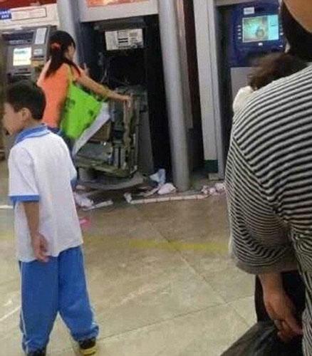 TQ: Bị máy nuốt thẻ, người phụ nữ đập nát cả cây ATM - 4