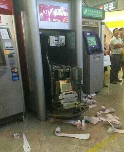 TQ: Bị máy nuốt thẻ, người phụ nữ đập nát cả cây ATM - 5