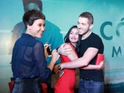 Trương Nhi ôm chặt bạn trai Phương Mai tại lễ ra mắt phim