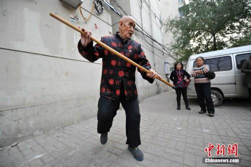 Cụ ông 96 tuổi có khả năng uốn dẻo phi thường - 6