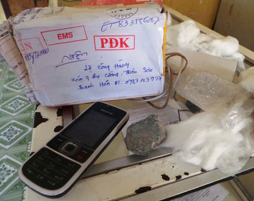 """Gửi iPhone 5, nhận được điện thoại """"cùi"""" và 2 cục đá? - 1"""